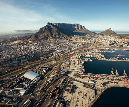 Luftbild von Kapstadt Hafen. Kommerzielle Docks und Versand Yards.