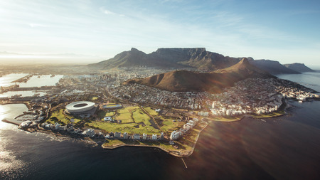 Letecký pohled na Cape Town s Stadion v Kapském Městě, lví hlavou a Stolová hora.