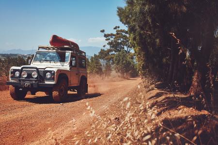 카누 위에 국가로에서 운전하는 자동차의 초상화. 시골 도로 여행.