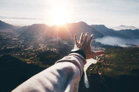 美しい風景を差し伸べる男の手。晴れた日に人間の手のハメ撮り。 写真素材