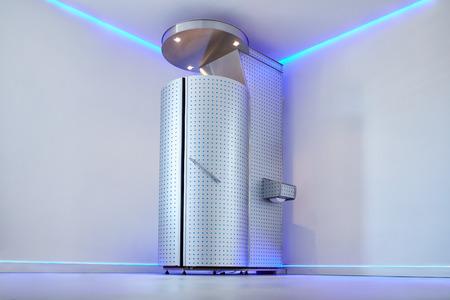 전신 냉동 치료를위한 냉동 사우나. 화장품 클리닉의 Cryotherapy 부스. 통증, 성능 및 회복을위한 전신 냉동 치료. 스톡 콘텐츠