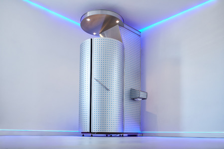 Cryo sauna dla całego zabiegu krioterapii ogólnoustrojowej. Krioterapia stoisko w kosmetologii klinice. Całe ciało zabieg krioterapii na ból, wydajności i odzysku.