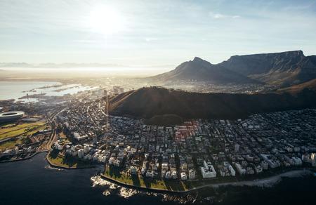 Vögel Blick auf die Stadt der Kapstadt mit Gebäuden auf Wasser vor einem hellen sonnigen Tag. Luftaufnahme der Stadt Kapstadt. Standard-Bild