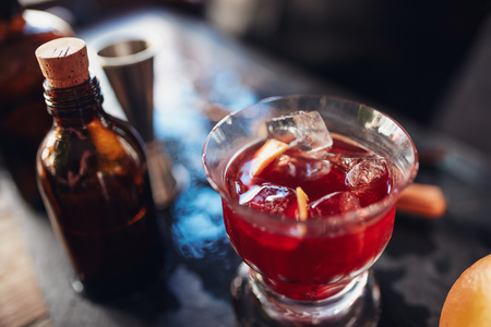 bartenders: Close up shot of fresh negroni cocktail made from skilled bartenders Stock Photo