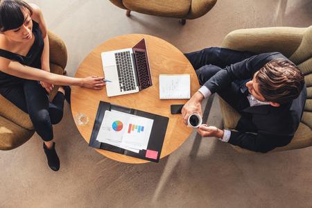 実業家のオフィスのロビーで実業家との出会いの平面図です。ビジネスマンやビジネスウーマンの新しいプロジェクトについて議論します。 写真素材 - 64924615