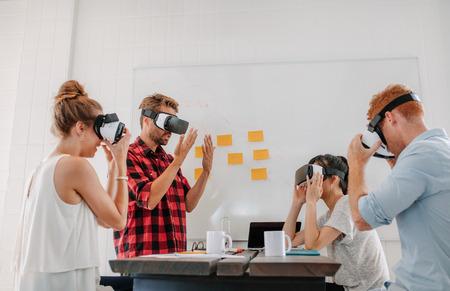 가상 현실을 사용 하여 비즈니스 사람들이 사무실에서 회의 고글. 가상 현실 헤드셋을 테스트하는 개발자 팀 스톡 콘텐츠