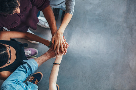 Draufsichtbild Gruppe von jungen Menschen zusammen, um ihre Hände setzen. Freunde mit Stapel Hände zeigen Einheit. Lizenzfreie Bilder