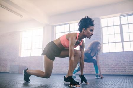 두 젊은 여자 체육관에서 운동을 하 고. 여성 피트 니스 클래스에서 실행 운동을 하 고.