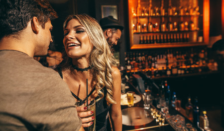 Liefdevolle jong paar bij club. Jonge man en vrouw met een goede tijd bij nightclub.