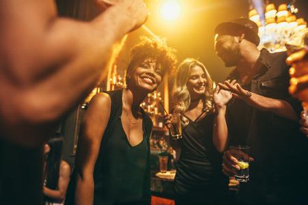 Foto von glücklichen jungen Leute, die Spaß an der Disco. Gruppe von Freunden eine Party im Nachtclub genießen. Standard-Bild - 74295979