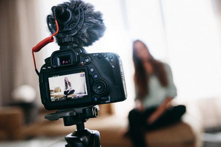 그녀의 동영상 블로그에 대한 내용을 녹음하는 여성. 그녀의 비디오 블로그를 녹화하는 여자를 보여주는 카메라 화면. 스톡 콘텐츠