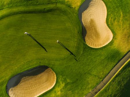 選手とゴルフ場の平面図です。パッティング グリーンのゴルファーの空中写真。 写真素材