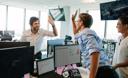 행복 하 고 높은 5주고 성공적인 사업 사람들. 사무실에서 성공을 축하하는 동료.