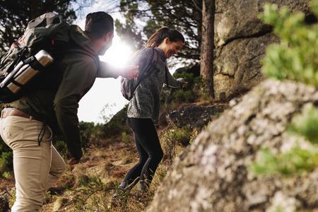 彼女のボーイ フレンドは、山道を歩く若い女性。幸せな若いカップルが一緒にハイキングします。 写真素材