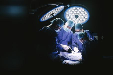 Grupo de cirujanos en el quirófano del hospital. Equipo médico que realiza cirugía en la sala de operaciones. Foto de archivo