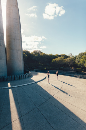 Balletdansers die dansbewegingen buiten oefenen. Balletdansers die een duet uitvoeren in synchronisatie. Stockfoto