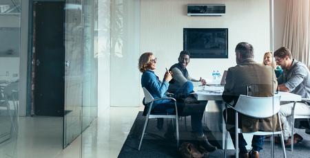 Gente di affari che lavora e che discute insieme nella riunione all'ufficio. Squadra di persone di successo in riunione d'affari. Archivio Fotografico - 85068990