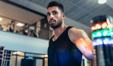 Deportista con luces alrededor para mejorar el tiempo de reacción en el gimnasio. Atleta utilizando un sistema de estímulo visual en el laboratorio de deportes. Foto de archivo - 91758528