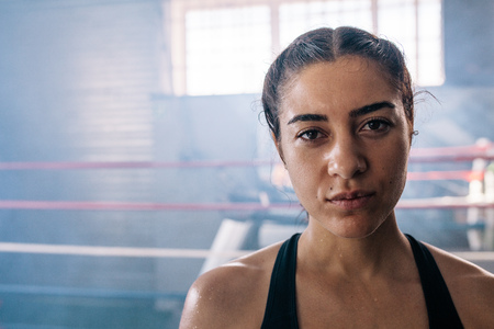 Primer plano de un boxeador femenino dentro de un ring de boxeo boxeador de boxeo en un salón de boxeo Foto de archivo - 93124741