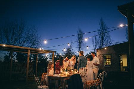 amis faisant une grande fête dans la ville. groupe de personnes ayant du jardin à la fête du coucher du soleil Banque d'images