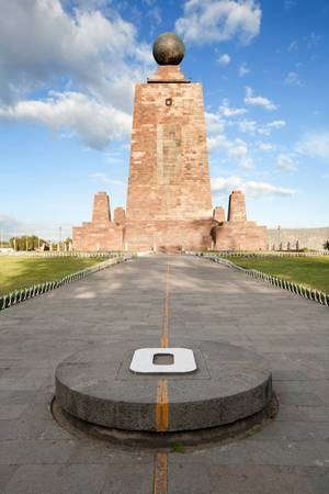 1979 년과 1982 년 사이에 세워진 30 미터 높이의 기념물은 적도가 그 당시 에콰도르에서 사용 된 측지 데이텀의 국가를 통과하는 지점을 표시하기 위해 지어졌습니다. 피라미드 기념물은 각 방향이 추기경 방향을 향하게합니다.