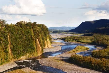 río amazonas: Vista panorámica del río ecuatoriano con un cúmulo grande Foto de archivo