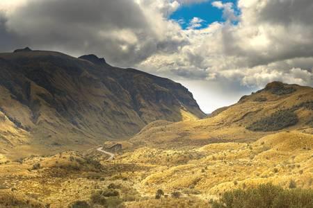 empezar: Camino que cruza los Andes ecuatorianos. Tormenta de nubes pesadas estaba a punto de comenzar en breve.