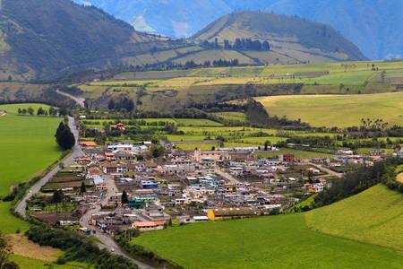 Vysoký úhel pohledu města Lloa, malém městečku nedaleko hlavního města Quito, Ekvádor