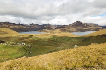 crater highlands: Ozogoche laguna en el parque nacional Sangay en Ecuador, lugar muy famoso debido a las aves que llegan a suicidarse arroj�ndose en el agua. Foto de archivo