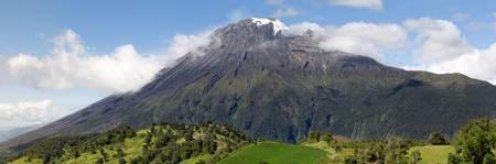 crater highlands: Volc�n Tungurahua panorama, vista desde la SEE, Ecuador, Am�rica del Sur Foto de archivo