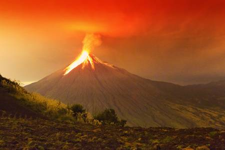 Long exposure of Tungurahua volcano exploding in the night of 29.11.2011,Ecuador . Foto de archivo