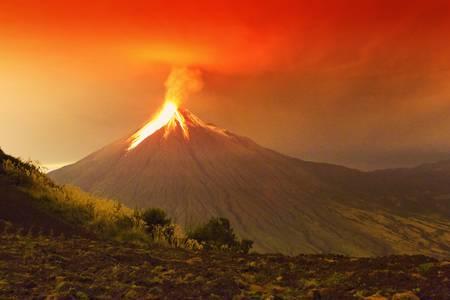 uitbarsting: Lange blootstelling van Tungurahua vulkaan op uitbarsten staat in de nacht van 29.11.2011, Ecuador.