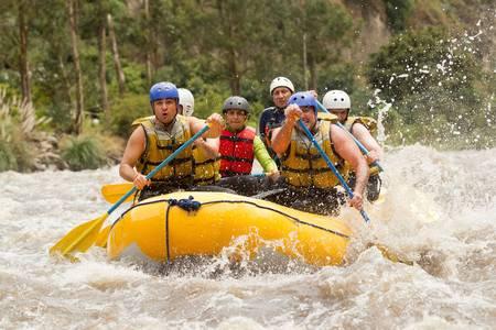 perseverar: Grupo de los poderosos hombres j�venes en un bote de rafting en el r�o Patate, Ecuador