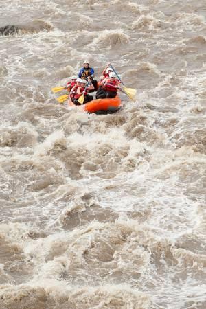 perseverar: Un grupo de hombres y mujeres, con una gu�a, rafting en el r�o Patate, Ecuador Foto de archivo
