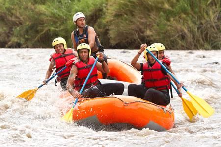 Een groep mannen en vrouwen, met een gids, white water rafting op de Patate rivier, Ecuador