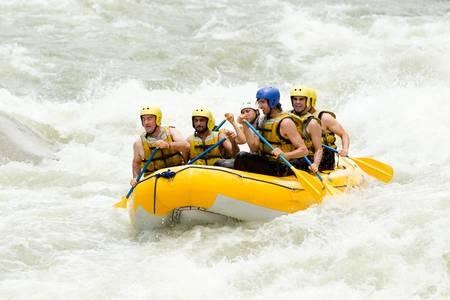 jangada: Un grupo de hombres y mujeres, con un gu�a, white water rafting en el r�o Pastaza, Ecuador