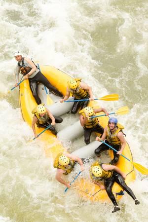 perseverar: Un grupo de hombres y mujeres, con un gu�a, white water rafting en el r�o Pastaza, Ecuador, vista a�rea Foto de archivo