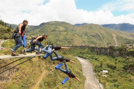 Bungee jumping pořadí, v Baños de Agua Santa, Ekvádoru, San Francisco most Reklamní fotografie