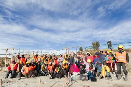Quilotoa, Équateur - Octobre 1,2012: Groupe des constructeurs locaux se rassemble pour une photo de groupe après la fin de leur objectif, lors de la construction de balcon Quilotoa, un point de repère avenir de ce pays. Éditoriale