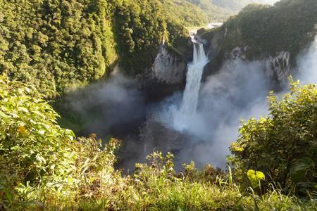río amazonas: San Rafael Falls, la cascada más grande de Ecuador Foto de archivo