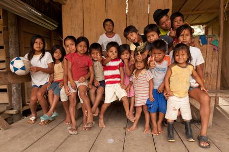 gente pobre: Puni Bocana, Ecuador - Noviembre 16,2012: Grupo de ni�os vecinales de Puni Bocana pueblo, la Amazonia ecuatoriana, posando para la c�mara en un estado de �nimo muy feliz.
