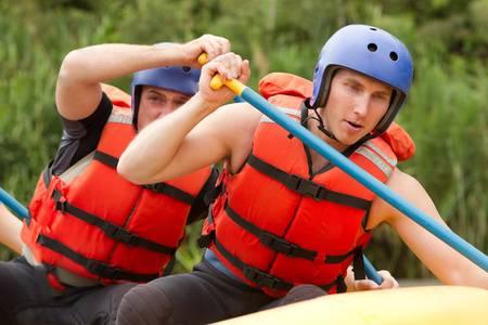 Skupina mladých atheltes školení pro whitewate rafting