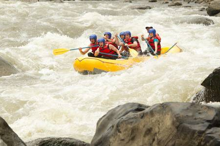 perseverar: Un grupo de hombres y mujeres, con un gu�a, white water rafting en el r�o Patate, Ecuador
