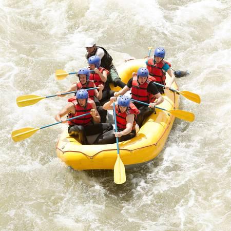 skupina mužů a žen, s průvodcem, rafting na divoké vodě na řece Patate, Ekvádor