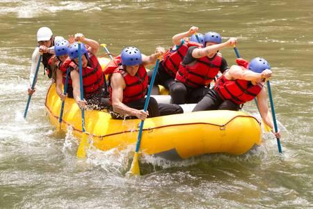 Eine Gruppe von Männern und Frauen, mit einem Führer, Wildwasser-Rafting auf dem Fluss Patate, Ecuador