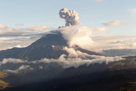 amerique du sud: Explosion volcan Tungurahua au coucher du soleil, de l'Equateur, Am�rique du Sud Banque d'images