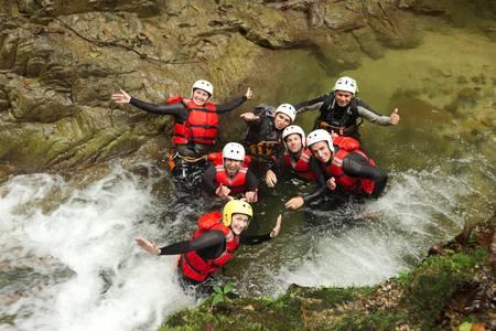 skupina aktivních mladých lidí během canyoning expedice v ekvádorských deštných pralesů