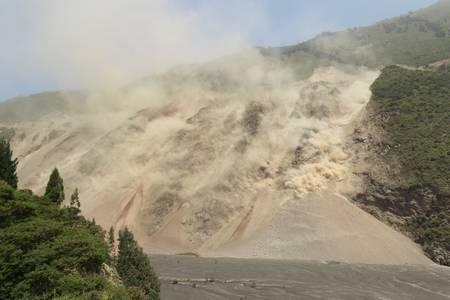 自然災害、エクアドル アンデス、トゥングラワ州の地震の影響で地すべり