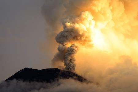 Silný výbuch sopky Tungurahua na 6.5.2013, Ekvádor, Jižní Amerika