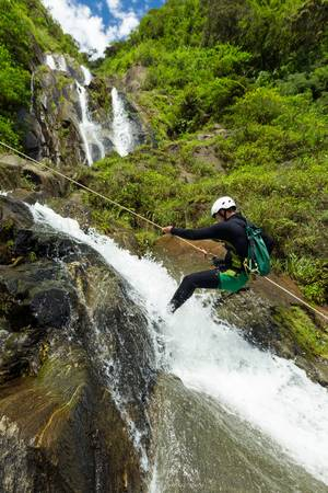 チャマ滝、バニョス デ アグアで新しいルートを試すキャニオニング ガイド サンタ、エクアドル 写真素材